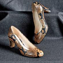 Купить недорого Туфли на каблуке с питоновым принтом id1016896185